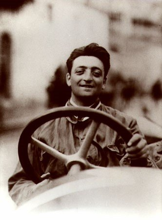 Una foto d'epoca del giovane Enzo Ferrari