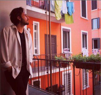 """""""Canzone sul balcone"""": il ritratto dell'Italia vista dagli occhi di un artista di strada"""
