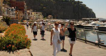 Gruppo di turisti delle Universiadi 2019 a Piano di Sorrento per il Premio Penisola Sorrentina