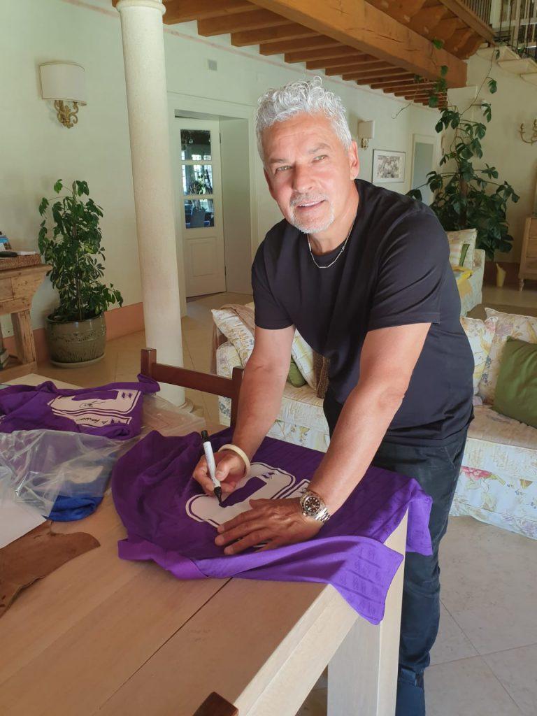 Roberto Baggio firma la maglia messa all'asta